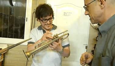 Pau Benavent amb el Luthier Joan Jordi Beumala. Reportatge del programa Nydia de TV3.